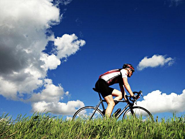 Syklist ute i naturen